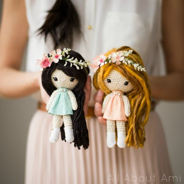 How to Attach Hair to a Crochet Doll - thefriendlyredfox.com | 600x600