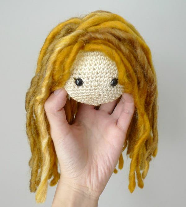 Attaching Yarn Hair to Amigurumi Crochet Dolls, Sewing on the Hair ... | 667x600